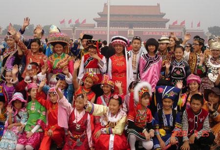 56个民族大合照-走在参加60周年国庆庆典的路上