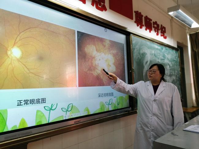 校医为学生讲解眼球的结构--.jpg